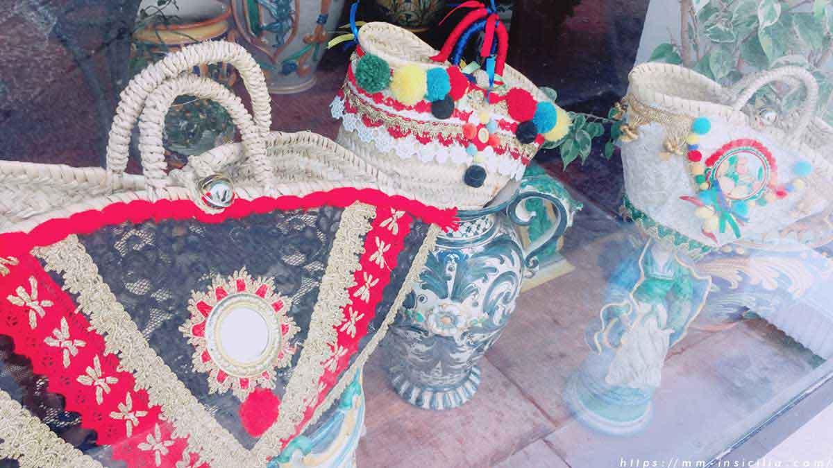 シチリア島の街角で見つけたヴァカンスバッグのディスプレイ